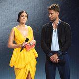 """""""This Is Us""""-Star Mandy Moore bezaubert im sonnigen Dress von Altuzarra. Kollege und TV-Sohn Justin Hartley zeigt sich ganz lässig in Jeans."""