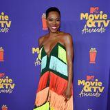 Regenbogen-Style mal anders: Schauspielerin Yvonne Orji sorgt mit ihrem Fransen-Dress von Mimi Plange für gute Laune.