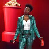 Comedian und Moderatorin der MTV-Show Leslie Jones bringt im türkisfarbenenGlitzer-Anzug Glamour auf die Bühne.
