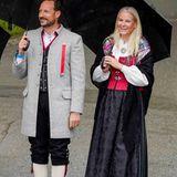 Kronzprinz Haakon und Kronprinzessin Mette-Marit freuen sich über den schönen Empfangauf Gut Skaugum in Asker bei Oslo.