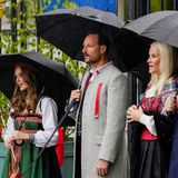 Ein royaler Chor zum norwegischen Nationalfeiertag. Während der Feierlichkeiten singt die ganze Familie um Kronprinz Haakon und Prinzessin Mette-Marit mit.