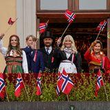 DieKönigsfamilie inklusive Königin Sonja und König Harald schwenken die norwegische Flagge zum Gruss vom Balkon des Königlichen Schlosses in Oslo.