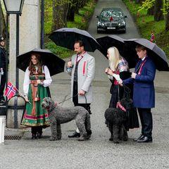 17. Mai 2021  Prinz Haakon und Prinzessin Mette-Marit werden zusammen mit PrinzessinIngrid Alexandra undPrinz Sverre Magnus herzlich von zwei Kindern mit Blumensträußen auf Gut Skaugum in Asker bei Oslo empfangen. Die Familienhunde Milly Kakao und Muffin dürfen ebenfalls an den Feierlichkeiten zum norwegischen Nationalfeiertag teilnehmen.
