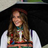 Trotz des Regenwetters strahlt Prinzessin Ingrid Alexandra unter ihrem schwarzen Schirm hervor.