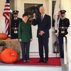 Nun, das Haus dient auch dem beruflichen Zweck. Schon viele ausländische Politiker wurden hier willkommen geheißen. Das Foto aus Oktober 2015 zeigt den damaligen Vizepräsidenten Joe Biden mit der damaligen Präsidentin von Südkorea, Park Geun-hye.