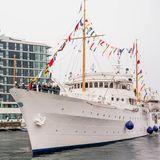 Während der Bootsparade im Oslofjord winken die Norweger ihrer Königsfamilie von den Balkonen aus zu.