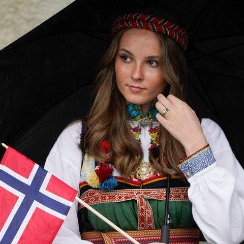 Für Prinzessin Ingrid Alexandra ist es mit Sicherheit jedes Jahr aufs Neue ein spannenderTag: Am 17. Mai feiert Norwegen seinen Nationalfeiertag, wobei die Feier in diesem Jahr aufgrund der Pandemie kleiner ausfällt. Doch die Outfits der norwegischen Königsfamilie sind mindestens so opulent wie die Jahre zuvor. Besonders hübsch anzusehen ist das Kleid der 17-jährigen Royal.