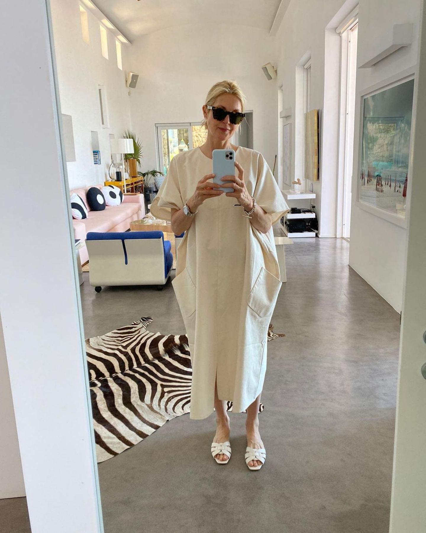 Ihr helles und modernes Zuhause setzt Kelly Rutherford am liebsten mit gekonnt platzierten Farbakzenten in Szene. Ein Sofa in zartem Rosa und ein Sessel in kräftigem Blau sorgen für fröhliche Stimmung. Eine gelbe Konsole, umringt von grünen Pflanzen, ist ein schönerBlickfang in dem Raum mit weißen, hohen Wänden und Decken. Für die Schauspielerin der perfekte Ort zum Wohlfühlen.