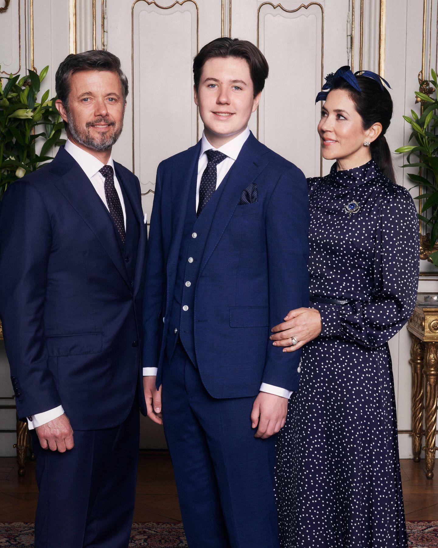 15. Mai 2021  Die Konfirmation von Prinz Christian findet aufgrund der Pandemie im engsten Familienkreis statt. Der dänische Royal strahlt für das offizielle Porträt mit seinen Eltern, Kronprinz Frederik und Kronprinzessin Mary, in die Kamera.