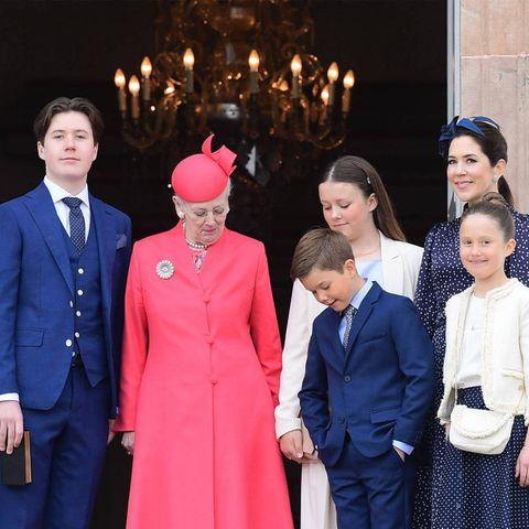 """""""Bitte recht freundlich!"""", lautet hier die Aufforderung an die Royals. Die Königin, Prinzessin Isabella und Prinz Vincent sind allerdings abgelenkt – und zwar vonDackeldame Tilia."""