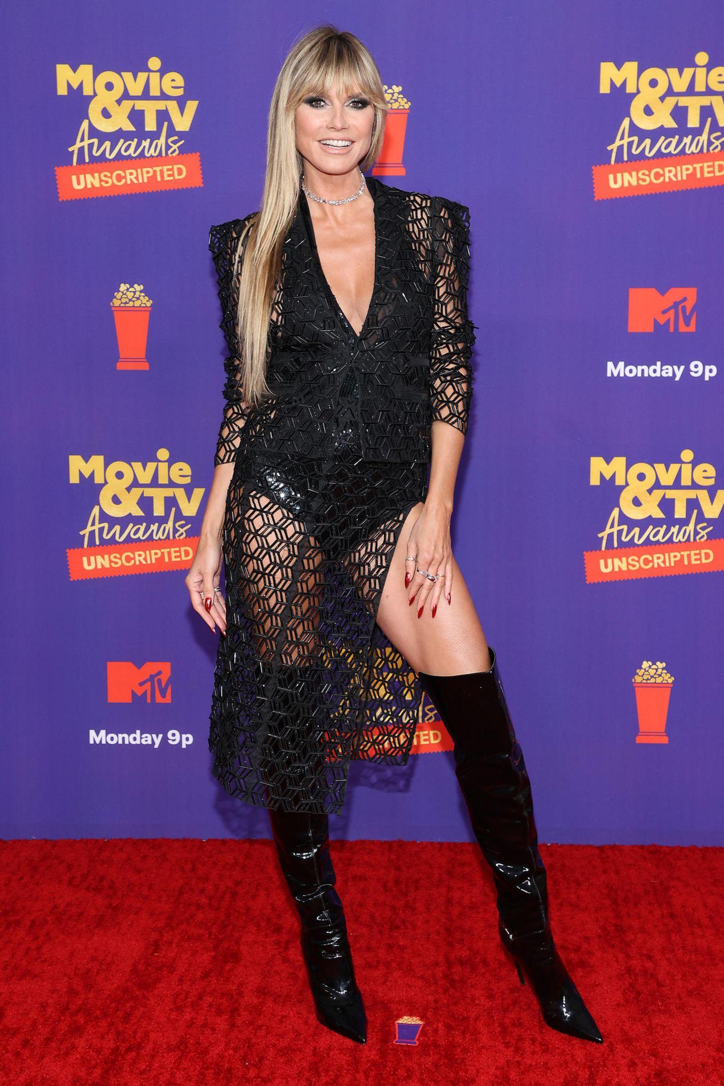 """Hoher Beinschlitz, Overknees und raffinierter Twist – die Blazer-Rock-Kombi vonAliétte ist ganz nach Heidi Klums Geschmack. Selbstbewusst geizt sie nicht mit ihren Reizen und setzt ihre Endlosbeine auf dem roten Teppich der """"MTV Movie & TV Awards: UNSCRIPTED"""" gekonnt in Szene."""
