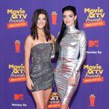 Tik-Tok-StarCharli D'Amelio und ihre Schwester Dixie glänzen in futuristischen Silber-Looks.