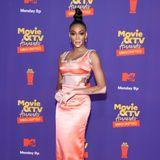 Im pfirsichfarbenen Zweiteiler von Miu Miu bezaubert Topmodel Winnie Harlow bei der zweiten Show der MTV Awards einen Tag nach der großen Verleihung.