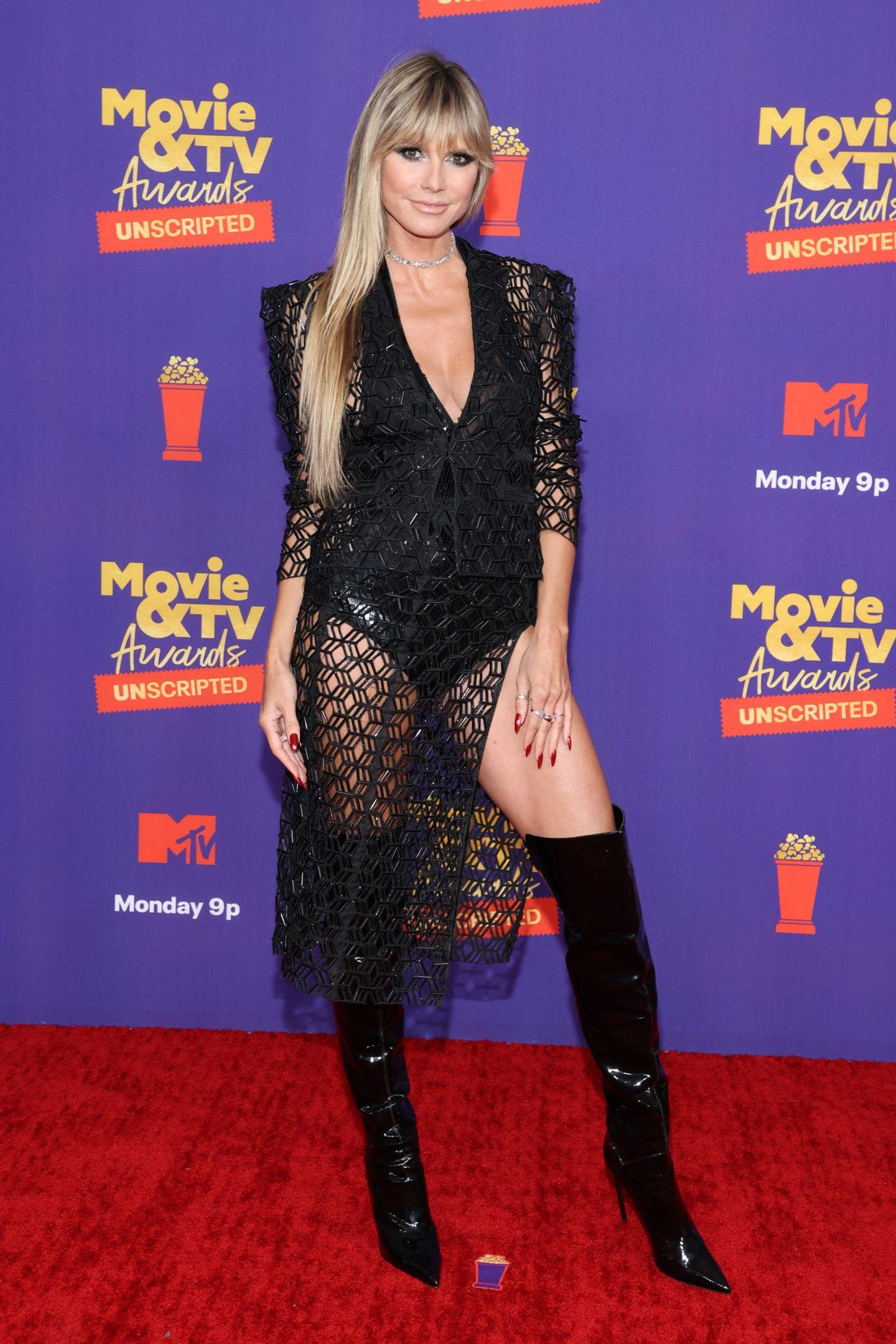 """Sexy kann sie: Heidi Klum zeigt sich bei der """"UNSCRIPTED""""-Show der MTV Movie & TV Awardsin einer schwarzen Blazer-Rock-Kombi kombiniert mit Overknees mal wieder von ihrer besten Seite."""