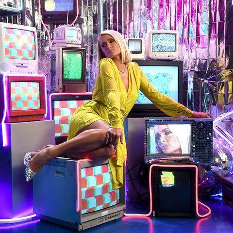 Paris Hilton ist Profi im Posieren, das kann sie sogar auf Fernsehern im glitzernd gelbenDress.