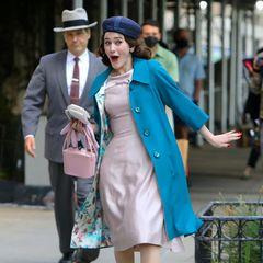 """Dreharbeitenin Zeiten einer Pandemie sind wirklich besonders.  Am Set von""""The Marvelous Mrs Maisel"""" probt Rachel Brosnahan fleißig die nächste Szene und scheint ganz in ihrer Rolle aufzugehen, während die Statisten im Hintergrund noch ihren Mundschutz aufhaben. Schmunzeln muss man bei diesem Bild auf jeden Fall."""