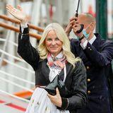 Kronprinzessin Mette-Marit winkt den Besuchern zu, bevor sie an Board der Norge geht.