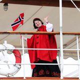 Maud Angelica Behn ist ebenfalls bei der Bootsfahrt dabei.  Die Tochter von PrinzessinMärtha Louise strahlt mit ihrem rotenCape um die Wette.