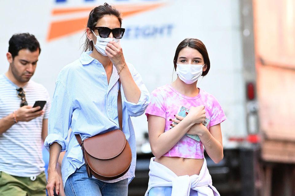 Kaum ein Promi wurde letztes Jahr so für seinen Streetstyle gefeiert, wie Katie Holmes. Mit ihren Looks landete die Schauspielerin regelmäßig auf Best-Dressed-Listen. Und auch Tochter Suri scheint die stilsichere Art ihrer Mutter geerbt zu haben. Im angesagtesten Trend-Muster des Sommers bereitet sich die 15-Jährige mit ihrer Batik-Kombi top gestylt auf die heißen Tage vor.