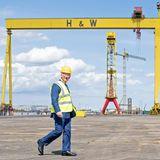 Prinz Charles besuchtals nächstes die Schiffswerft Harland & Wolff in Queen's Island. Dort schaut er sich das Hafengelände an und spricht mit den Mitarbeiter:innen.