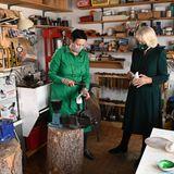 Als nächsten Tagespunkt ihrer Nordirlandreise schaut sich Herzogin Camilla die Werkstattvon Cara Murphy's in Hillsborough an. Die Herzogin ist fasziniert von der Handwerksarbeit der Silberschmiedin.