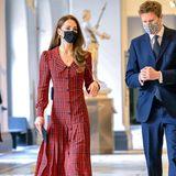 Bei ihrem Rundgang durch das imposante Gebäude beantwortet der Kurator des V&A Museums die Fragen der kunstinteressierten Herzogin Catherine.