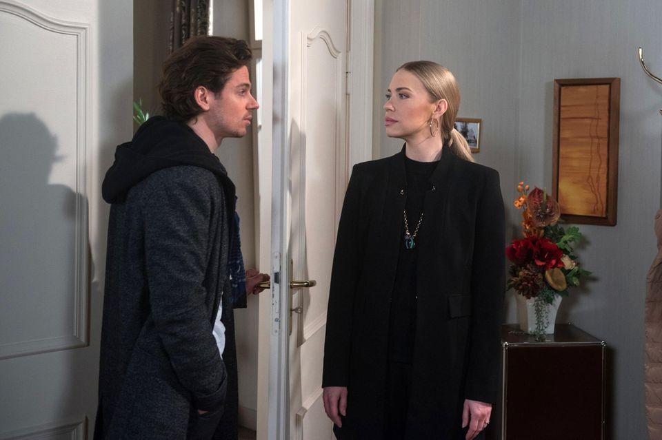 """""""Rote Rosen"""":Seit Tristian (Anthony Paul, r.) Amelie (Lara-Isabelle Rentinck, l.) gestanden hat, dass er sich zu ihr hingezogen fühlt, wühlt sie seine Gegenwart zunehmend auf."""