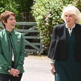 """June Burgess, Leiterin der """"Horses for People"""" Organisation, führt Herzogin Camilla über das Gestüt, welches verschiedene Workshops und Therapie mit Pferden anbietet. Die beiden Frauen scheinen sich gut zu verstehen und plaudern bei der Besichtigung ausgelassen miteinander."""