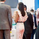 Der schwarze Gürtel und die schwarzen Pumps von Manolo Blahnik sind perfekt auf ihre schwarze Handtasche von Nina Ricci abgestimmt. Das Haar fällt Letizia offen über die Schultern.