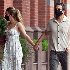 Blake Lively und Ryan Reynolds genießen ein paar Stunden zu zweit und schlendern Hand in Hand durch New York. Seit 2011 sind die beiden Paar, sie haben drei gemeinsame Töchter.Blake setzt für das Date auf ein sommerliches Midikleid und einen entspannten Pferdeschwanz, während ihr Ehemann zu Chino und Hemd greift.