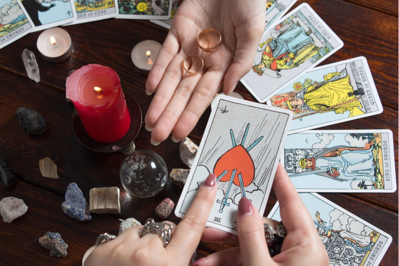 Tarotkarten-Bedeutung: Zwei Frauen beim Kartenlegen
