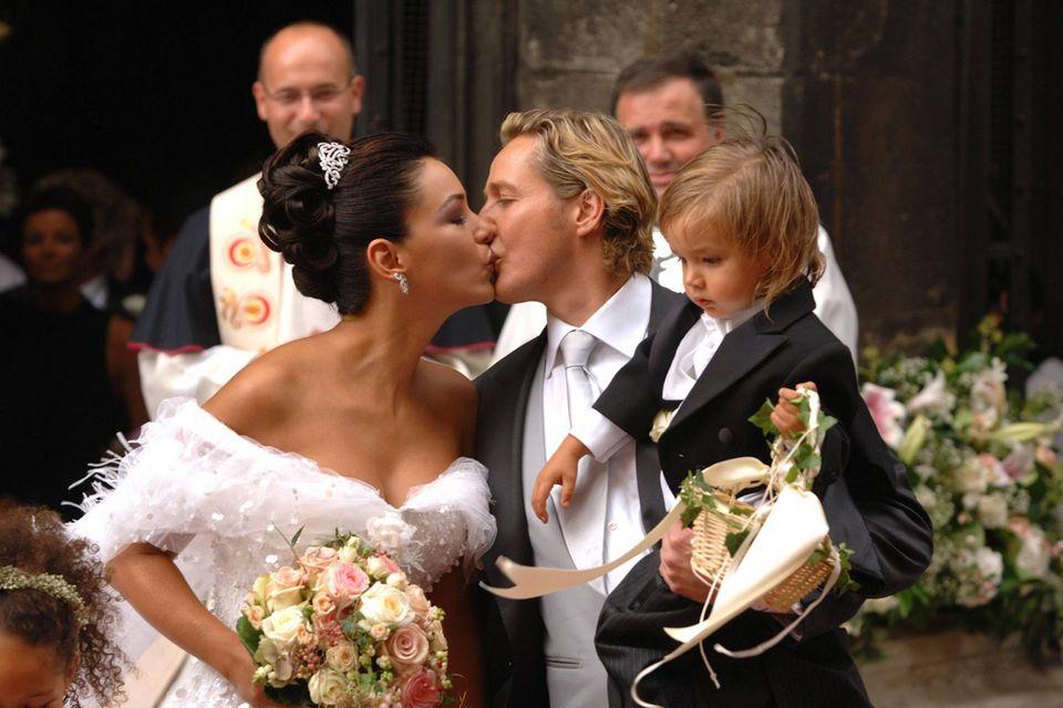 Verona und Franjo Pooth küssen sich nach ihrer kirchlichen Trauung im September 2005 vor dem Wiener Stephansdom. Sohn San Diego brachte damals die Ringe.
