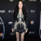 Können Sie glauben, dass Cher heute 75 Jahre alt wird? Zumindest ein paar Teile von ihr. Die sympathische Sängerin scherzt selbst regelmäßig über ihre zahlreichen Operationenund Botox-Eingriffe. Doch eins ist über die Jahre definitiv echt geblieben: ihr Talent, Menschen zu unterhalten. Ihre letzte Tour ist gerade mal eineinhalb Jahre her. Und auch ihre Liebe zu knappen Outfits hat sich nicht verändert.