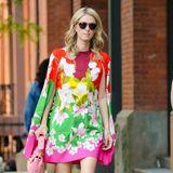 Hier möchte aber jemand auffallen. Im quietschbunten Outfit wird Nicky Hilton gesichtet, während sie durch die Straßen New Yorks schlendert. Im Luxus-Designerkleid von Mason Valentino (ab ca. 3.000 Euro) im Cape-Design und rosa Schuhen (ca. 900 Euro)und Tasche (ca. 2.500 Euro) derselben Marke ist sie wirklich kaum zu übersehen.