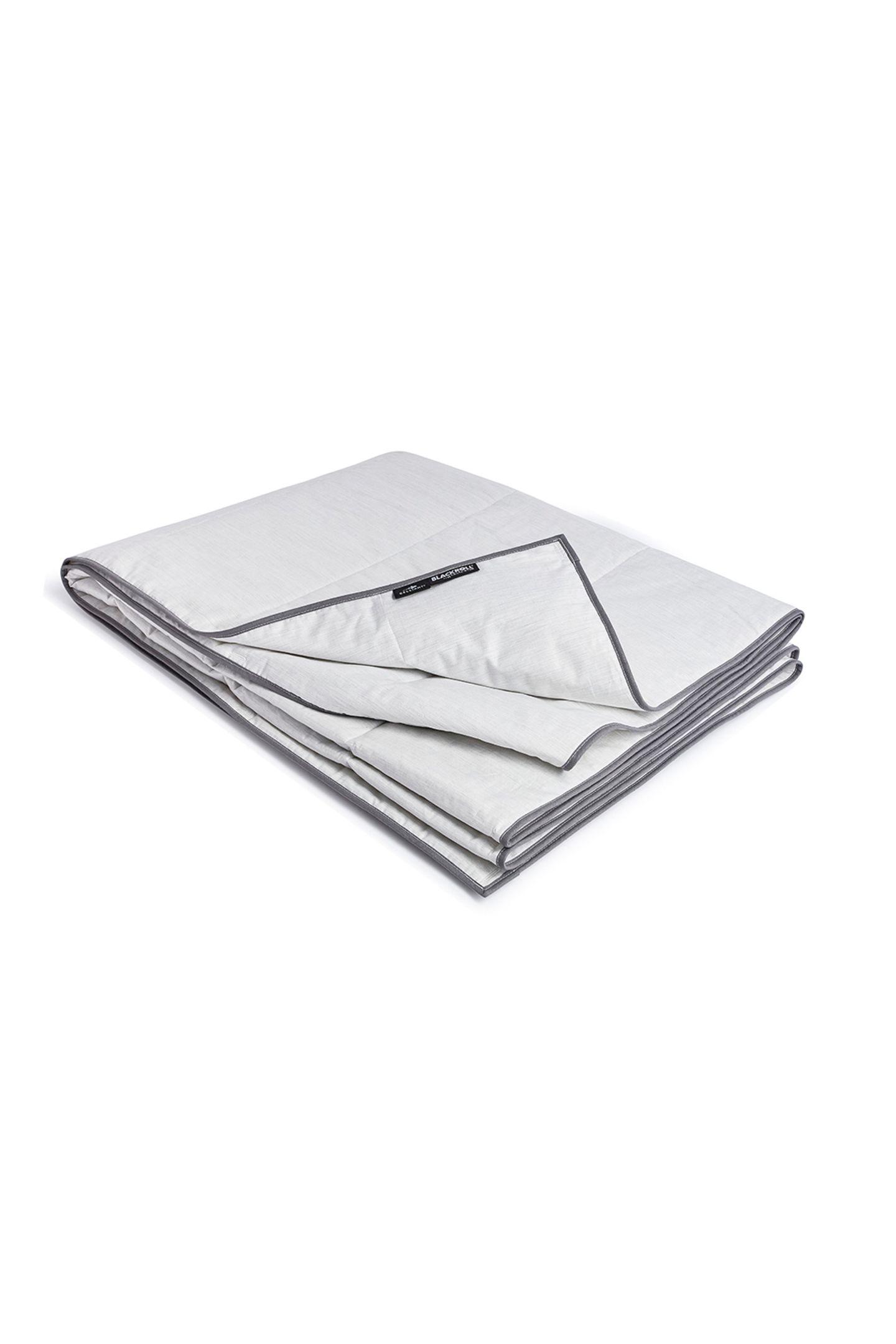 Fit im Schlaf.Diese Decke hilft dabei, buchstäblich fit im Schlaf zu werden. Die ultraleichte Decke ist aus speziellen Celliant® Fasern gewebt, die mit thermoreaktiven Mineralien versetzt sind und Körperwärme in Energie umwandeln. Diese Energie geben sie im Schlaf zurück an den Körper und verbessern so die eigene Leistungsfähigkeit und Widerstandskraft. Recovery Blanket Ultralite, von Blackroll, kostet ca. 180 Euro.
