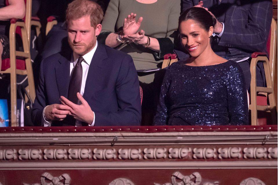 """Am 16. Januar 2019 besuchen Prinz Harry und Herzogin Meghan eine Aufführung des """"Cirque du Soleil"""" in London. Während die werdende Mutter sich nichts anmerken lässt, wirkt ihr Mann angespannt und traurig."""