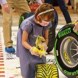 Die Aktion des Künstlers Mark Dickens ist Teil der Präsentation des neuen NASCAR-Bollidens, und Prinzessin Gabriella ist mit Feuereifer und gelber Farbe dabei.