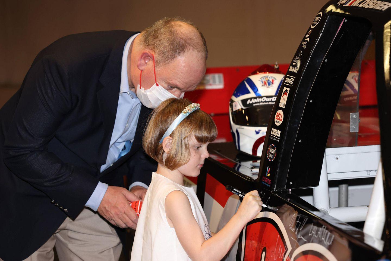 Später kann sich Prinzessin Gabriella dann noch auf dem neuen Rennwagen verewigen.
