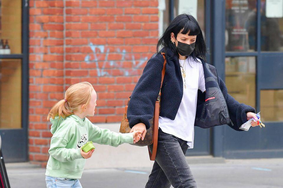 Ihre Haarfarben könnten kaum unterschiedlicher sein, dafür sind sie sich beim Style einig: Lily Allen und Tochter Marnie Rose machen New York unsicher. Dabei setzen beide auf lässige Jeans und coole Sneaker.