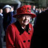 Angeregt unterhält sich die Queen mit dem Personal. Der Anlass des royalen Besuchs ist auch ein besonderer: Der Flugzeugträger HMS Queen Elizabeth tritt seine Jungfernfahrt an.