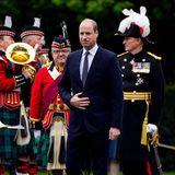 """21. Mai 2021  Fàilte! Willkommen in Schottland! Prinz William wird zu Beginn seiner Reise am HolyroodPalace, der offiziellen Residenz der Queen in Edinburgh, feierlich empfangen. Es ist der erste Auftritt des Royalsseit der Veröffentlichung derPaukenschlag-Interviews seines Bruders in der Doku-Serie """"The Me You Can't See"""". Darin spricht Prinz Harry über seine mentalen Probleme, den Suizidversuch von Herzogin Meghan und erhebt diesbezüglich erneute Vorwürfe gegen seine Familie. Prinz Charles wird sogar namentlich genannt."""