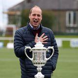 Diesen Preishat Prinz William zwar nicht gewonnen, drückt aber den Finalisten des Scottish FA Cups, dem wichtigsten Pokalwettbewerb Schottlands, für das Spiel am darauf folgenden Tag fest die royalen Daumen.