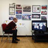 Aufgrund der Coronabeschränkungen finden die Gespräche auch per Videocall statt, dem der Prinz ganz konzentriert folgt.