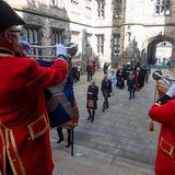 Feierlich schreiten der Prinz und die Mitglieder der Generalversammlung zur Tat.