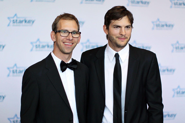 """Michael und Ashton Kutcher zeigen sich im Juli 2013 auf dem roten Teppich der""""So the World May Hear""""-Award-Gala in St. Paul, Minnesota."""