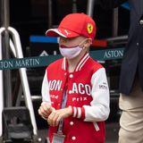 Auch Bruder Prinz Jacques trägt die gleiche Jacke, dazu noch eine Kappe mit Ferrari-Logo – da wachsen wohl zwei PS-Fans heran.