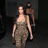 Man liebt es oder man hasst es: Camouflage ist höchst umstritten und schwierig zu kombinieren. Leider ändert Kim Kardashians Outfit für einen Restaurantbesuch in Los Angeles daran auch nichts. Die Nähte im Schritt und die Cut-Outs lassen den Look im Tarnmuster ziemlich sonderbar wirken.
