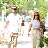 Mehr Partnerlook geht nicht: Jennifer Lawrence und Ehemann Cooke Maroney gehen in New York spazieren und setzen auf Outfits in Beige-Weiß. J. Law trägt Hose und Sonnenbrille von The Row, dazu Sneaker von Dior und eine kleine Celine-Tasche.