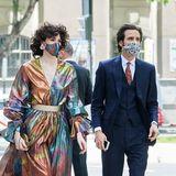 Die Künstlerin Brianda Fitz-James Stuart, Cousine des Bräutigams, wählt ein Kleid in Regenbogenfarben mit passender Maske an der Seite vonFrancisco Javier Lozano Oroz.