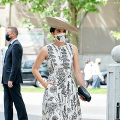 Barbara Mirjan wählt einen schwarz-weißen Look mit großem Hut. Auffällig: Ihr Mund-Nasen-Schutz mit Insektenprint.